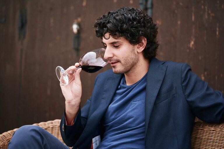 Alessandro Medici, tasting wine